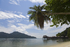 En tropisk strand i Malaysia Arkivbilder