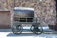 En trumma av öl på en trävagn Arkivfoto