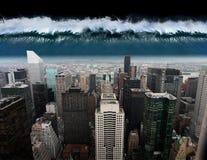 En tsunami kommer ut mot staden av New York arkivfoto