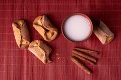 en tugga som tas ut ur kesokakor Hemlagade bullar som är välfyllda med keso- och leraexponeringsglas av, mjölkar på en träbackgro royaltyfria bilder