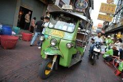 En Tuk-Tuk taxar på en Chinatown gata i Bangkok Arkivfoto
