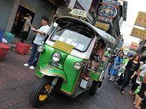 En Tuk-Tuk taxar på en Chinatown gata i Bangkok Arkivbild