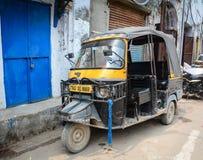 En tuktukparkering på gatan i Amritsar, Indien Royaltyfri Fotografi