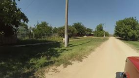 En tur med bilen på en grusväg, ett hivamoln av damm från hjulen lager videofilmer