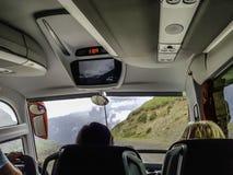 En tur med bussen på bergvägar arkivbilder