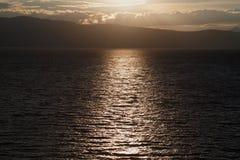 En tur till sjön i bergen Arkivfoto