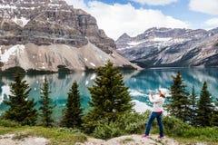 En turist i den kanadensiska Rocky Mountain Arkivfoto