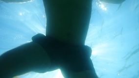 En turist i en maskering och fena svävar under havet i havet Di stock video