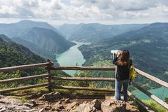 En turist- kvinna ser den härliga naturen till och med ett stationar royaltyfria bilder