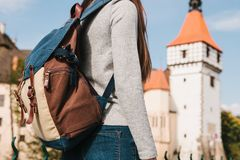 En turist med en ryggsäck ser sikten Slotten som kallas Blatna i Tjeckien, är suddig i Royaltyfria Bilder
