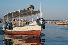 En turist- motorbåt på flodNilen royaltyfri foto