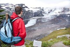 En turist på glaciärutsikten Arkivbild