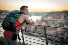 En turist tycker om sikten på Porto Arkivbild