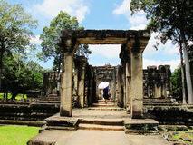 En turist undersöker en tempel på det Angkor komplexet, Cambodja arkivbilder