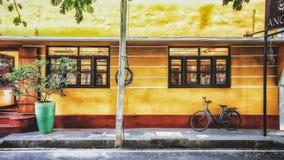 En typisk byggnad i fransk stil i Pondicherry, Indien arkivbilder
