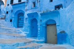 En typisk dörr i staden av Chaouen Royaltyfria Bilder
