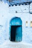 En typisk dörr i staden av Chaouen Arkivfoton