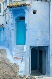 En typisk dörr i staden av Chaouen Arkivbilder