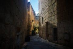 En typisk gammal bakgata i Birkirkara, Malta Royaltyfri Foto