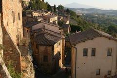 En typisk italiensk by Montepulciano Sikt av taken av hus arkivbilder