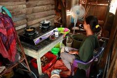 En typisk s?dra Kalimantan Bingka kakatillverkare i Banjarmasin, n?r laga mat arkivfoto