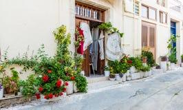 En typisk sikt i den traditionella byn Omodos i Cypern royaltyfria bilder
