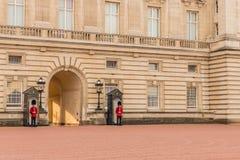 En typisk sikt på Buckingham Palace fotografering för bildbyråer