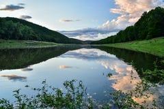 En tyst afton är på floden Arkivbilder