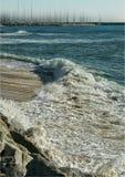 en tyst våg i en liten strand Arkivbild