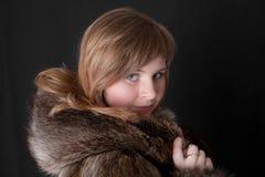 En un abrigo de pieles caliente Foto de archivo