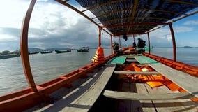 En un barco de pesca a la isla, a Camboya del conejo viendo pescados de la mosca y el agua hermosa de la turquesa almacen de metraje de vídeo