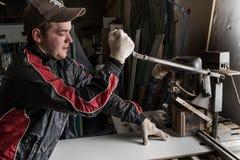 En un carpintero de la fábrica de los muebles que hace el añadido Imagenes de archivo