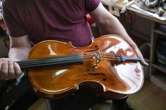 En un constructor del violín Fotos de archivo