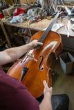 En un constructor del violín Imagen de archivo