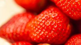 En un cuenco con las fresas recoja el agua almacen de video