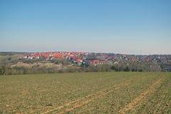 En un día de invierno soleado en el campo europeo Imagen de archivo