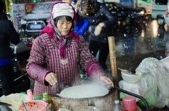 En un día frío de la nieve, hacen un vendedor ambulante de la crepe