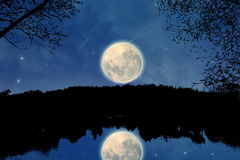 En un lago en la noche Imagen de archivo libre de regalías