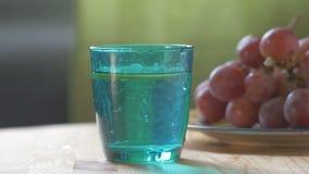 En un limón de cristal azul del vidrio del descenso almacen de video