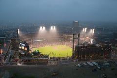 En un partido nocturno y una niebla de la lluvia ligera, el golpe de los Florida Marlins 2006 el equipo de béisbol del campeón de Imagenes de archivo
