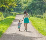 En un paseo en la madre y el niño del parque Fotos de archivo libres de regalías