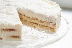 En un pedazo de placa de la torta de coco Imagen de archivo