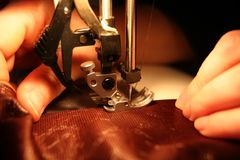 En un pequeño taller de costura.