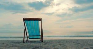 En un primer tropical Chaise Longue Aainst de la playa el mar y una puesta del sol o una salida del sol hermosa, a lo largo de la metrajes