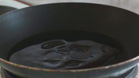 En un sartén vierta el aceite vegetal metrajes