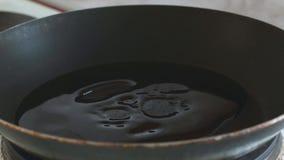 En un sart?n vierta el aceite vegetal almacen de video