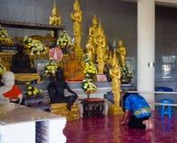 En un templo budista, un budista arquea a las capillas Foto de archivo