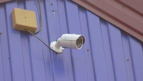 En una cámara lenta de la cámara de vigilancia video de la pared almacen de metraje de vídeo