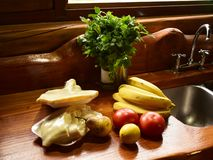 En una cocina de una cabina se observan varias frutas, verduras y carne foto de archivo libre de regalías