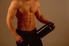 En una dieta Hombre con seis ABS del paquete Crecimiento estimulante del músculo con los esteroides anabólicos La hormona anabóli fotografía de archivo